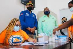 Director Ejecutivo supervisa puesto de vacunación; entrega raciones alimenticias y otros insumos a voluntarios