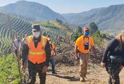 Director Ejecutivo de la Defensa Civil supervisa zona afectada por incendio forestal en San José de Ocoa