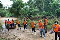 Defensa Civil asiste a familias incomunicadas por lluvias en comunidades de La Victoria de Santo Domingo Norte