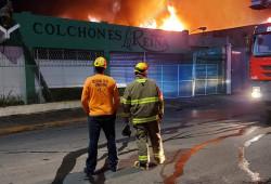 Apoyamos en la extinción de un incendio afectó colchonería del Ensanche La Fe
