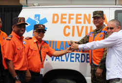 Director de Defensa Civil entrega ambulancia y unidad canina en Mao